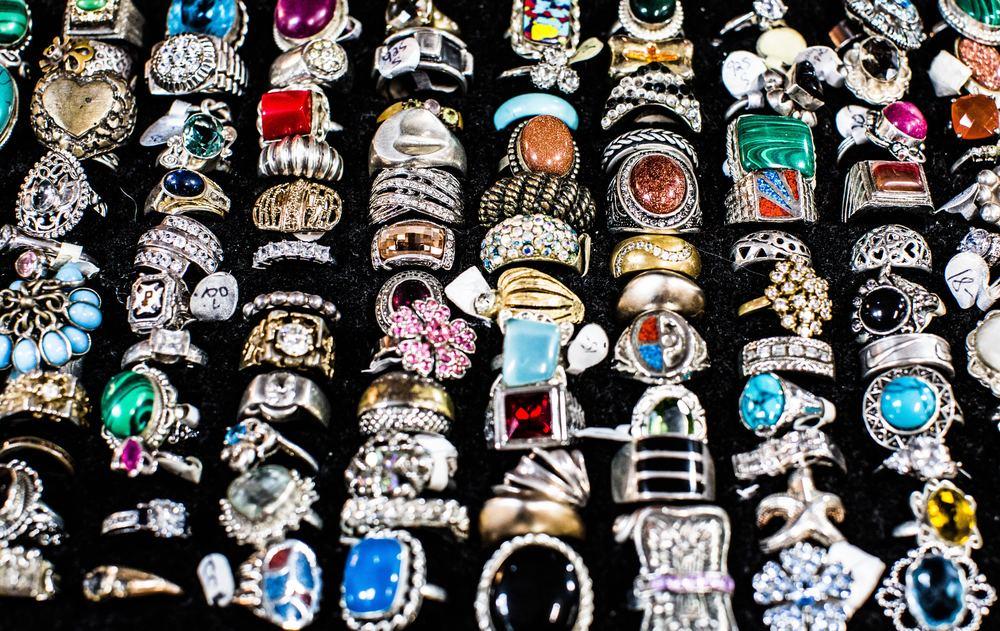 Signalværdien i at give forskellige smykker
